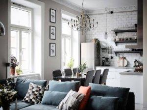 この写真には、他のスタイルと組み合わせたスカンジナビアの影響の完璧な変化が見えます。リビングルームからは、ここで典型的なスカンジナビア様式の角を見ます。明るい壁、白い暖炉、有名なアンディ・ウォーホルのポスター(Pinterestのスカンジナビアの内装のほぼ半分にあります)。