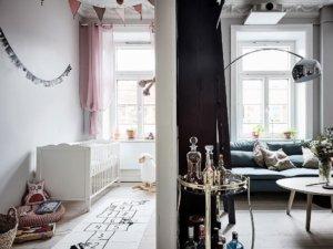 現代風のスタイル、スカンジナビアの要素だけでなく、古い本物の装飾品の影響も見ることができます。