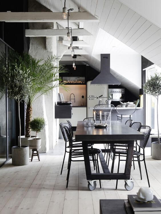 ダイニングテーブルにキャスターが付いていますね。もしかしたら食事以外にも他の目的があるのかもしれません。住む人にとってどんなものが使い勝手が良いのかはその人によりますので。観葉植物も多めに置いていますね。勾配天井になっており天井がかなり高いので高い観葉植物を置いても様になっていますね。レンジフードの形も変わっていておしゃれですね。