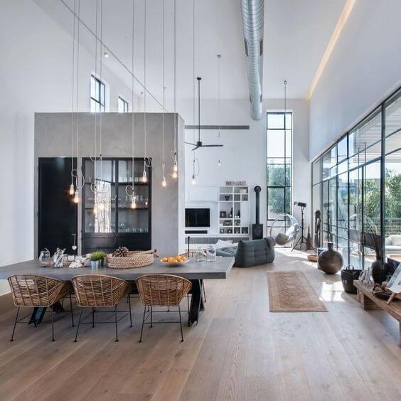 明るい床のフローリングにグレーのダイニングテーブルとフランスのブランドリーンロゼのソファーを置いています。