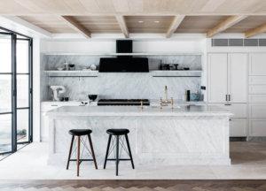 Alexander&Coによってデザインされたこのデザインは、拘束されたヨーロッパの雰囲気を持つ既存のウォーターフロントの休暇ヴィラを改装し、細部の細部と豊かな素材を取り入れ、家から離れた真の家を作り出します。