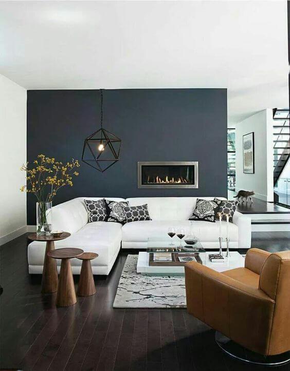 フローリングの色はダークブラウンからです。壁面がダークカラーでホワイトのソファーを引き立てています。ラグやリビングテーブルもホワイトでコーディネートされています。回転するリビングチェアはキャメルレーザーでポイントになっています。