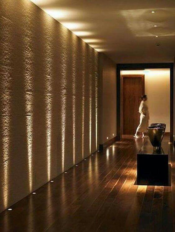 光が滝のように流れて見えます。廊下のような部屋ではない場所でも使いやすいランプです。