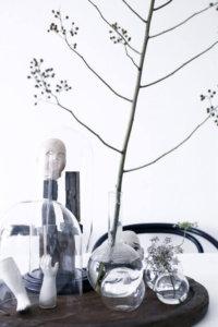 透明のグラスにお花を飾っているイメージ画像。