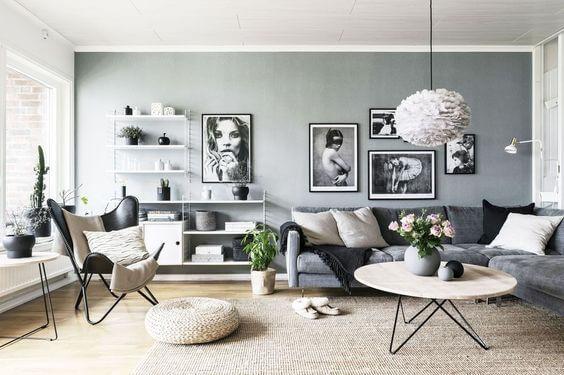 明るい床のフローリングにグレーのソファーとグリーンの壁が個性的です。色は全体的に道が近いので落ち着きがあり統一感があります。壁面を塗装することで白い家具がより際立ちます。