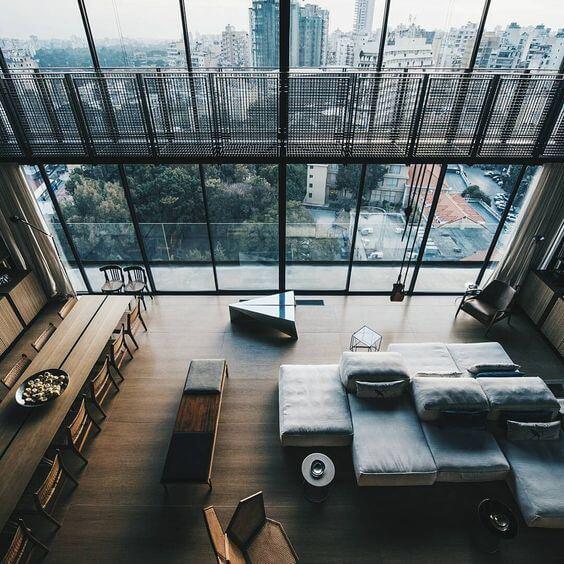 街を見下ろすような空間で一体どんな人が住んでいるのでしょうか。