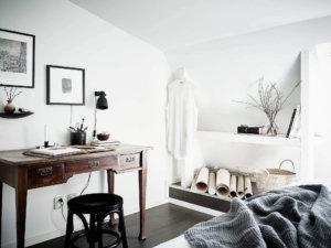 床がブラックで白い家具を多用して明るさをキープしている勾配天井の海外インテリア事例。