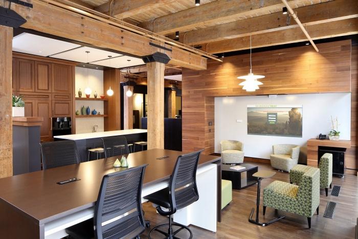 1900年代の建物の自然の特徴をオリジナルの木枠、耐荷重レンガ壁、露出した木製の天井のあるデザインに取り入れました。エントリーには生きる植物壁、オフィス窓にはスマートなガラス、LED照明などの機能があります。