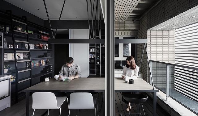 ダイニングエリアは必ずしも華やかである必要はありません。この木製の木炭テーブルは、薄い炭の棚が壁に並んでいるので、読書、朝食、勉強、ダイニングルームのテーブルとして機能します。