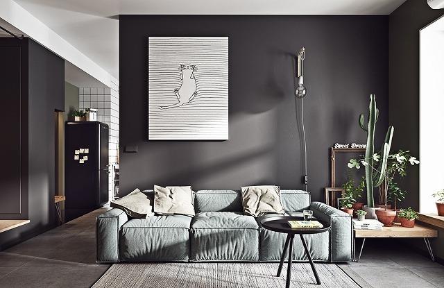 このアパートは、私たちが見た以前のものよりも小さく、息をのむような景色はありませんが、この家庭的なアパートメントは、スタイリッシュな快適さでそれを補うものです。ダークウォールと居心地の良いソファは、苦しい一日の後に戻ってくる美しい家のためのものです。真の屋内庭は、インテリアに繋がり、生き生きとした新鮮な空気の息吹です。