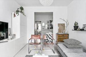 リビングルームは大きく、快適で、ソファとダイニングエリアの両方に十分なスペースがあります。ここからは、ラウンジ家具と小さなキッチンガーデンを収容する中庭に向かって広々としたパティオに出ることができます。