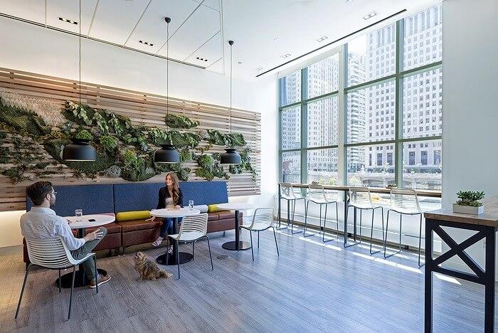 私たちは、オフィスを人々が望む宇宙空間にするための人道的な資質に重点を置いていました。豊かな色彩と緑豊かなテクスチャーの温かみのあるパレットと、レセプションステーションとシグネチャーデザインハブにある再生木材とスチールは、カフェのリビングウォールのような自然の要素と調和しています。