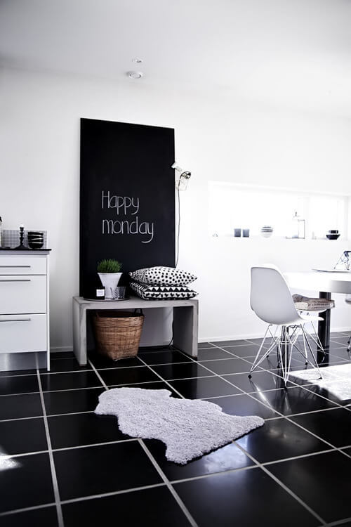 黒のタイルで敷き詰めています。家具はホワイトでコーディネートされています。タイルとタイルの間の目地がグレーで全体のバランスを整えています。