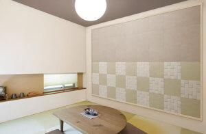 土壁をイメージした質感と市松のパターンがナチュラルな和を感じさせます。 和室の壁面や和モダンなインテリアのアクセントとしておすすめです。