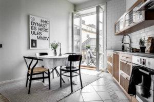 この家は、ラウンジエリアからキッチン、大きな窓のある広々としたベッドルーム、そして主に白い家具を使用して、それぞれの部屋を独特な方法で超越して落ち着かせることができます。このすべての鍵はシンプルさですが、シンプルなことをうまくやってハイスタンダードにする必要があります。スカンジナビアの意味での秩序が主要な要素であり、その中でも最も重要なのは、すべてのものが本当の秩序感を提供する場所です。