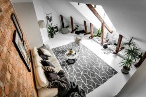 天然のレンガの壁を巧みに使って、木製の巨大な梁と焦点であるポストにバランス感覚を加えていることがわかります。レンガはまた、完璧な背景と色のコントラストを提供し、白とグレーが優勢であることは他のすべてが目立つように助けます。さらに、ソファの位置は、窓の位置を考慮して必要とされる光の全範囲を取ることができるようなものです。