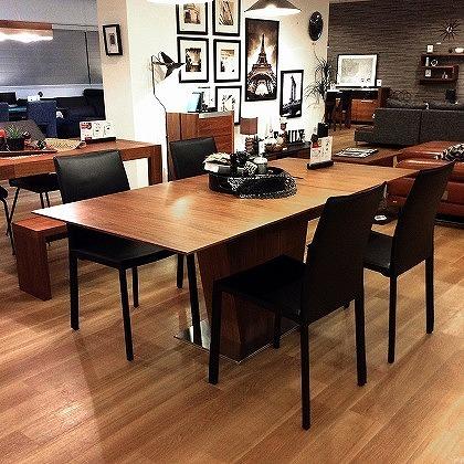 一本脚のスタイリッシュなデザインが特徴のエクステンション(伸張式)ダイニングテーブル。