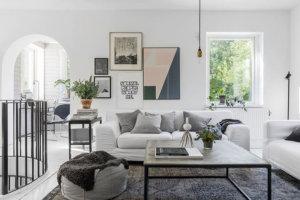 それは彼らが理想的なスカンジナビアの家と呼ぶものです。シンプルでとても居心地の良い白いファサード、高木の木陰に沈むテラス付きのきれいなエリア、スタイリッシュなモダンなインテリア(白も) - スウェーデンではいかがですか?ここの内外のすべての家族にとって、非常に快適で喜びます。家は信じられないほど美しく、感動的で明るいです!