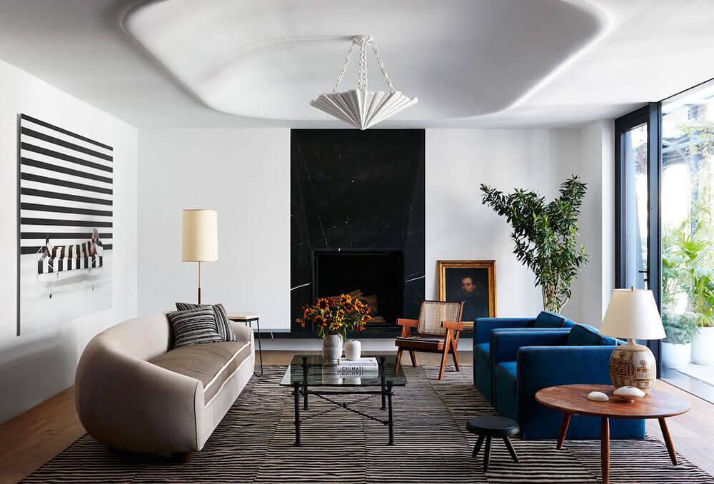 この豪華なペントハウスが位置する住宅はユニークな建築様式で、ニューヨークの典型的な建物よりも際立っています。珍しいファサードに注意を払ってください - 有名な建築家ガウディによるバルセロナの美しい建物はすぐに頭に浮かびます。このアパートメントはまた、予想外の解決策、モダンなオブジェクトやライン、レトロやビンテージのタッチを組み合わせた、かなり優れたデザインを誇っています。