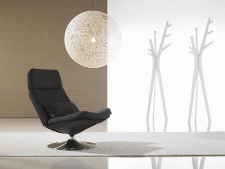 ラウンジと呼ばれる場所、つまりホテルのロビーや待合室などで使われる椅子のことです。 歓談や休息の際に使われることを目的とされているため、リラックスが出来るスペースを演出してくれる椅子となっています。
