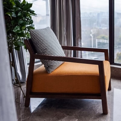 ゆったりとくつろいで座ることができるように、ひじ掛けや、傾斜をつけた背もたれ、幅広の座面を備えたパーソナルチェア(一人用の椅子)のこと。さまざまな素材、色、大きさ、傾斜角度、デザインのものがあります。安楽椅子や休憩椅子とも呼ばれることもあります。
