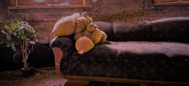 古いソファとぬいぐるみのイメージ