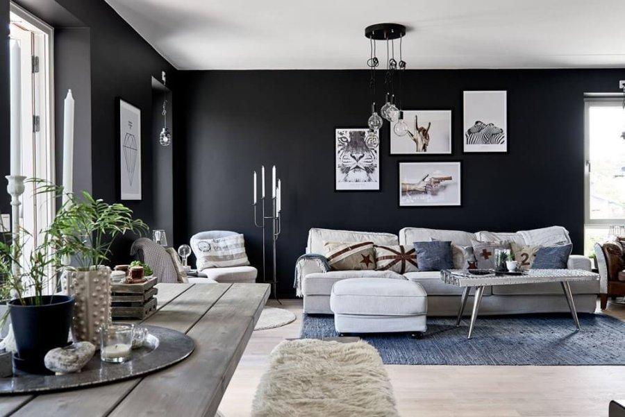 壁面がブラックで塗装されているのでライトグレーの空が際立っています。壁面に笑を飾っていますが飾り方も不規則でおしゃれな感じになっています。フローリングが白いことで部屋の明るさがキープできるので壁の色をブラックで強気に選んでいます。