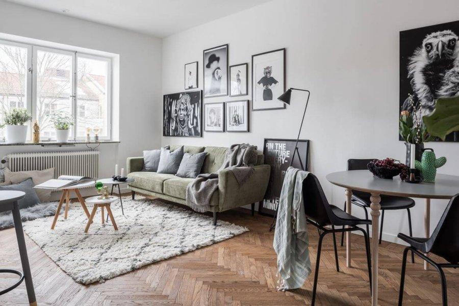 フローリングはナチュラルカラーのヘリンボーンです。暖房器具はオイルヒーターを使用しています。海外のアパートの1室のインテリアイメージです。