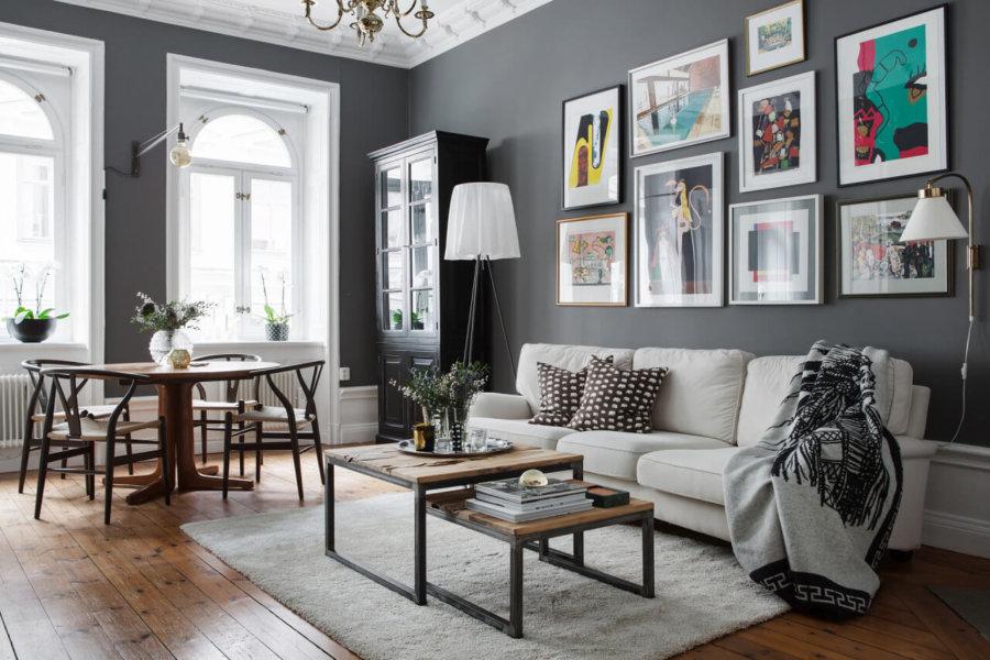 ミディアムブラウンからのフローリングにグレーの壁面でソファーとラグマットはホワイトです。少しクラシックな内装ですがうまくバランスを整えています。絵の飾り方もいい感じですね。あまりフォーマルな形にとらわれていない印象です。