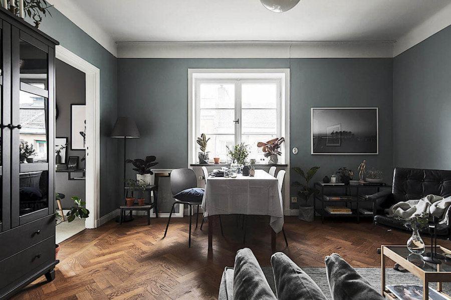 壁面の色がモスグリーンのような色ですね。全体的に落ち着いた印象です。ヘリンボーンの床がおしゃれです。