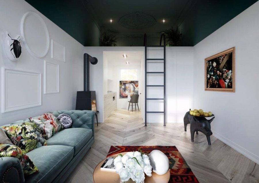 明るい床でヘリンボーン柄でフローリングを構成しています。ソファーはクラシックなデザインですが色が淡いエメラルドグリーンなので重い印象はありませんね。クッションの柄が個性的です。