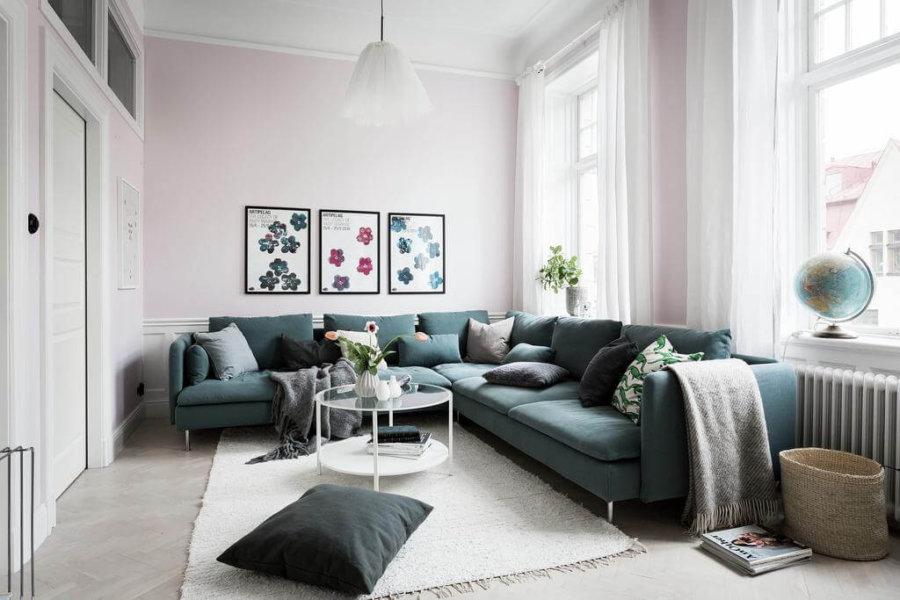 エメラルドグリーンのソファが印象的なお部屋です。女性的なイメージですね。