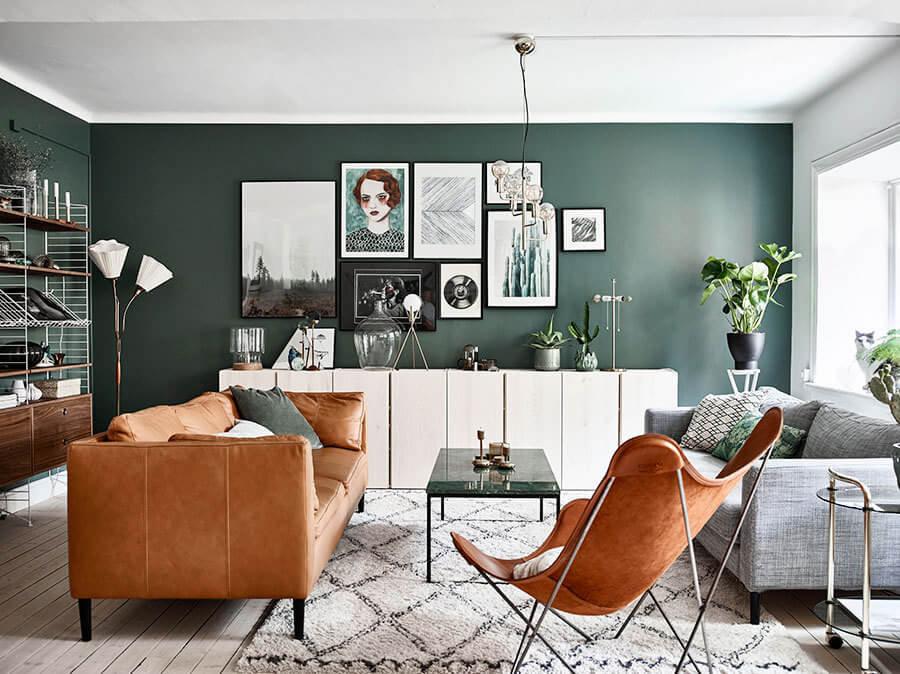 グリーンの壁面に白い家具を配置して色のコントラストがきれいに出ています。キャメルレザーがそれをさらに際立たせていますバタフライチェアも海外インテリア事例ではよく登場しますね。