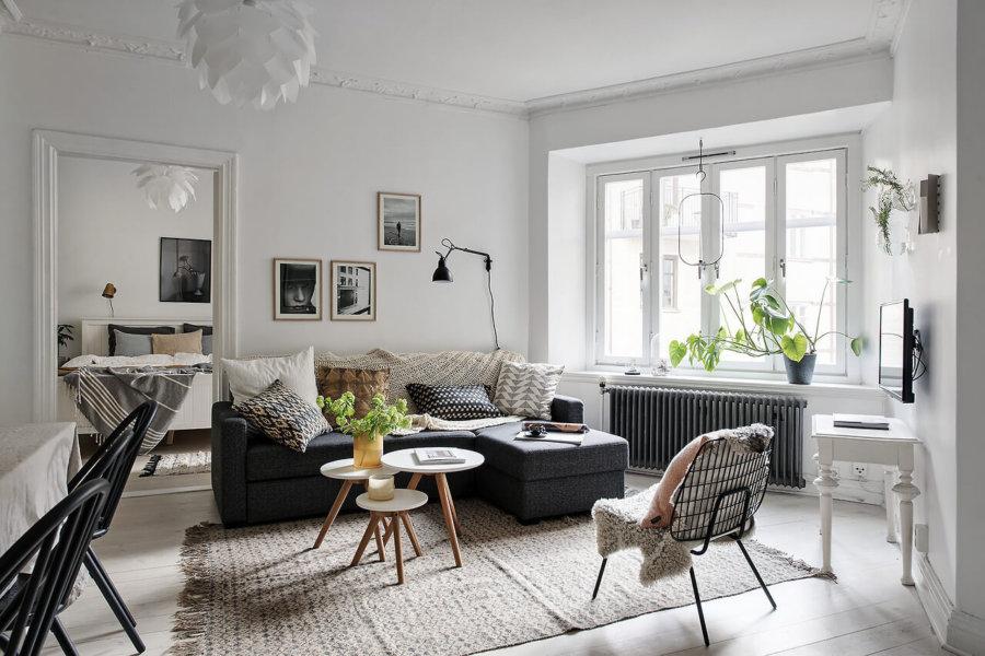 こちらの部屋は部屋の形が五角形を描いているので家具を斜めに配置しています。四角形の部屋ではできないインテリアのレイアウトですね。クッションの柄もジオメトリックなものがあってアクセントになっています。