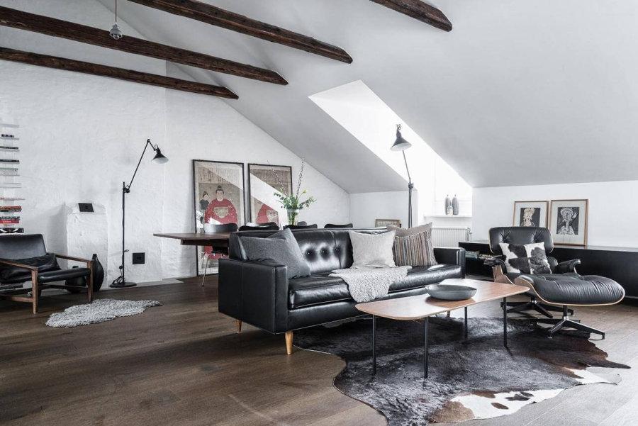 ダークブラウンからのフローリングにブラックレザーのソファーを使用しています。勾配天井で天井を決して高くないのですがソファーもあまり背の高いものを使用していないので圧迫感を感じさせません。