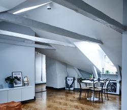 屋根裏部屋をダイニングテーブルを置いてに生活できる空間にしている。
