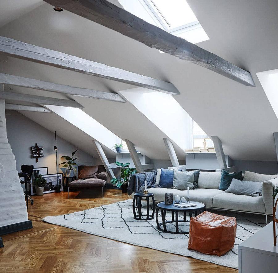 天井の梁が個性的な空間です。針の色はグレーでございを使用しています。勾配天井に窓がたくさんあるので明るい部屋になっています。
