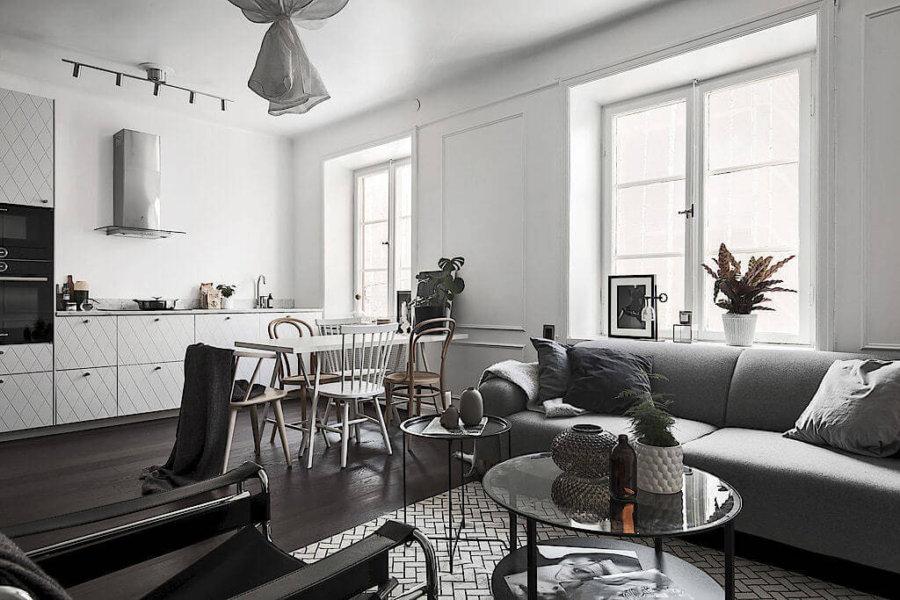 床がブラックでグレーのソファと白いテーブル。椅子はあえてバラバラで。