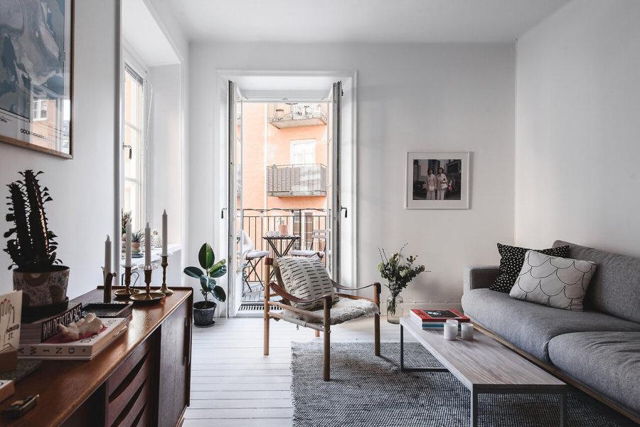部屋があまり広くないところで広く見せるために白とライトグレーで統一しています。サイドボードがブラウン系の家具で木のぬくもりを感じさせてくれますね。