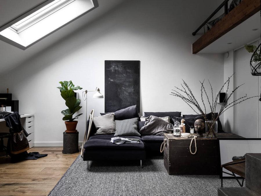 先程の空間の別アングルです。ソファーの上が6人になっているのが分かります。ダークブラウンからのロフトの部分がポイントになっていておしゃれですね。勾配天井からの光の差し込みが部屋を明るくしています。