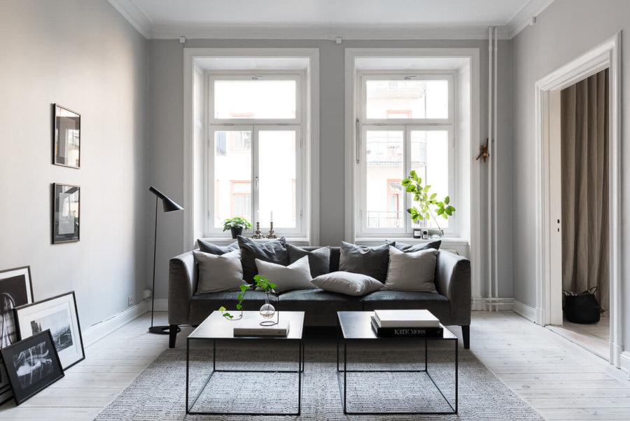 ホワイトのフローリングにダークグレーのソファーを置いています。左右対象にある窓がリビングテーブルと合わせているようで几帳面な印象を伺いますね。