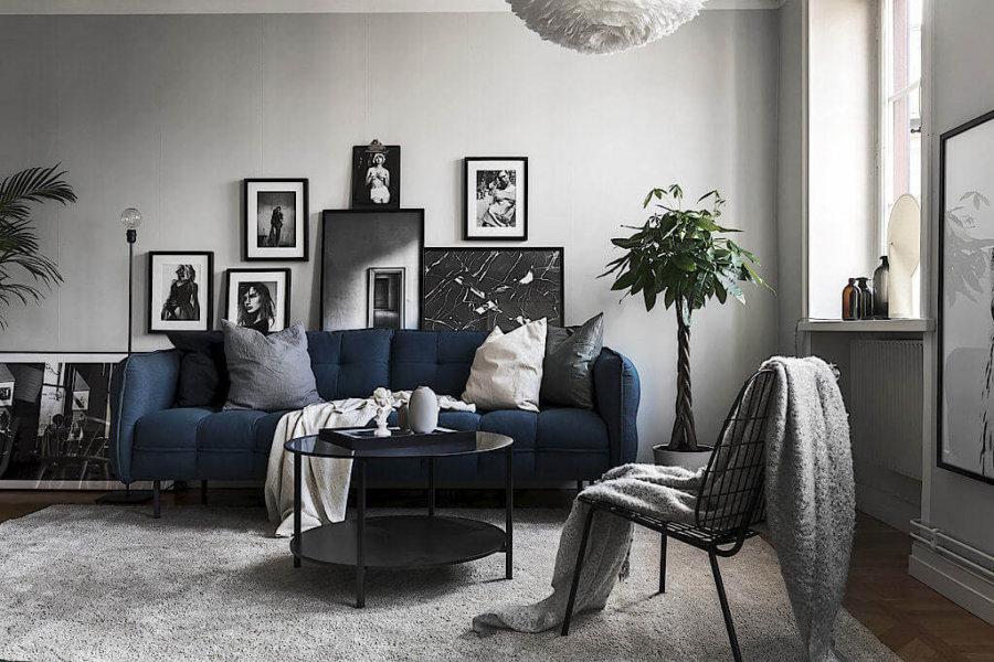 明るい床に白に近いライトグレーのラグマットでバランスをとりながらネイビーカラーのソファーが部屋の主役として機能しています。明美は空間にアクセントを与えながらも落ち着いた空間を醸し出してくれます。