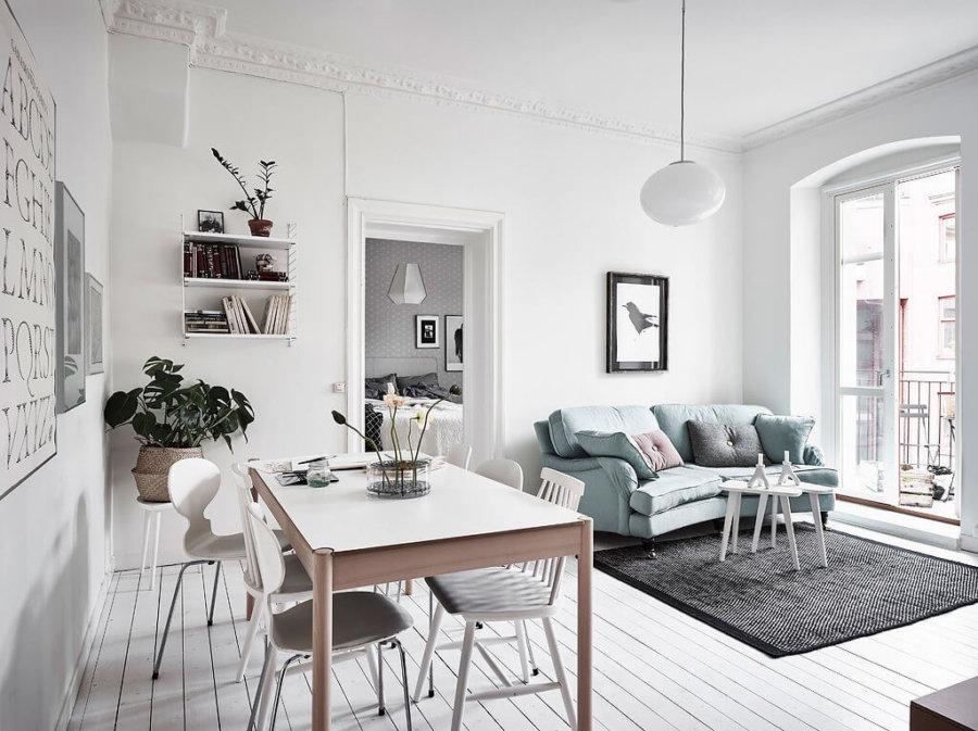 こちらもホワイトのフローリングにエメラルドグリーンの淡い色のソファーです。ダイニングテーブルも丸みのあるデザインでこちらも女性的な印象です。ダイニングチェアをバラバラにしていますね。それぞれ好きな椅子を選んで座ると言う印象です。