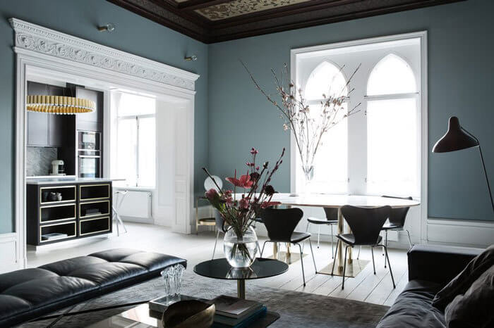 こちらも壁面の色が個性的ですね。個性のある色を内装で使った場合は家具はシンプルなブラックやホワイトにするとバランスを取りやすいと思われます。何を主役に設定して何を脇役に設定するかは自由です。