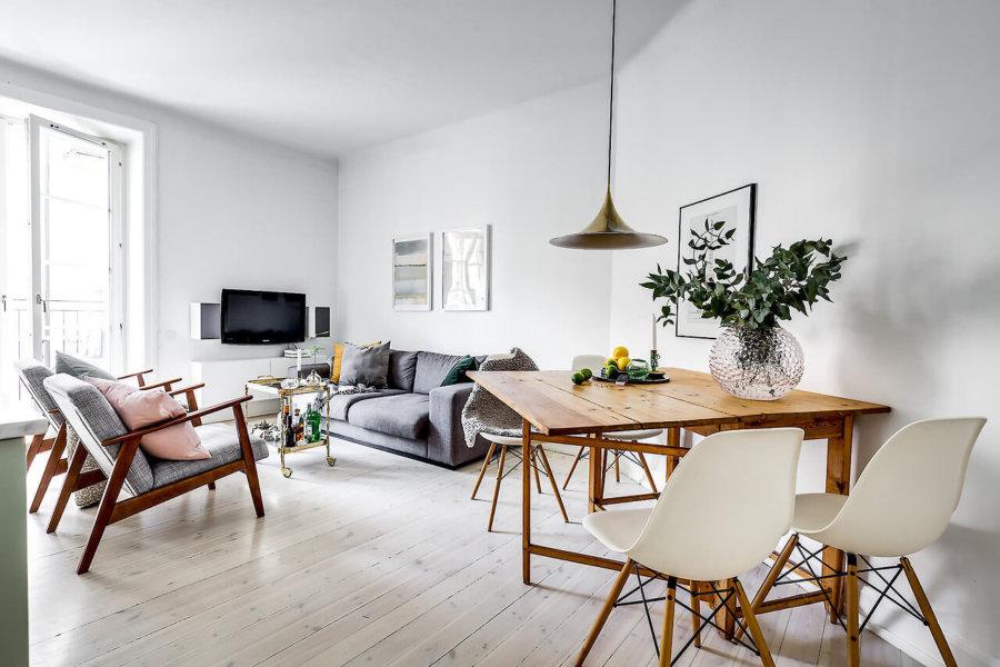 ホワイトのフローリングにナチュラルカラーのテーブルをレイアウトしています。グレーのソファーはいろいろな部屋で使用することができますね。