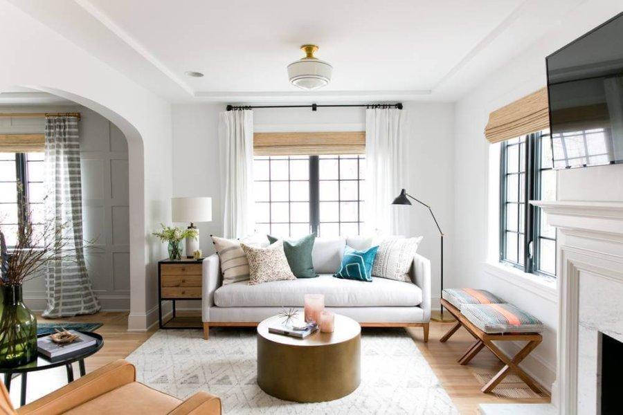 明るいフローリングに白いカーテンでソファーも同じような色でまとめています。クッションがアクセントカラーとなっています。逆に寝室は壁面の色を塗装して個性的です。