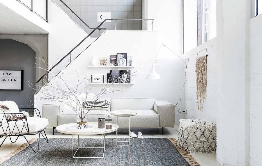 ホワイトのフローリングにホワイトの壁面でソファーもホワイトです。ラグマットがグレーですが全体的に明るい印象です。お掃除が大変そうですが。