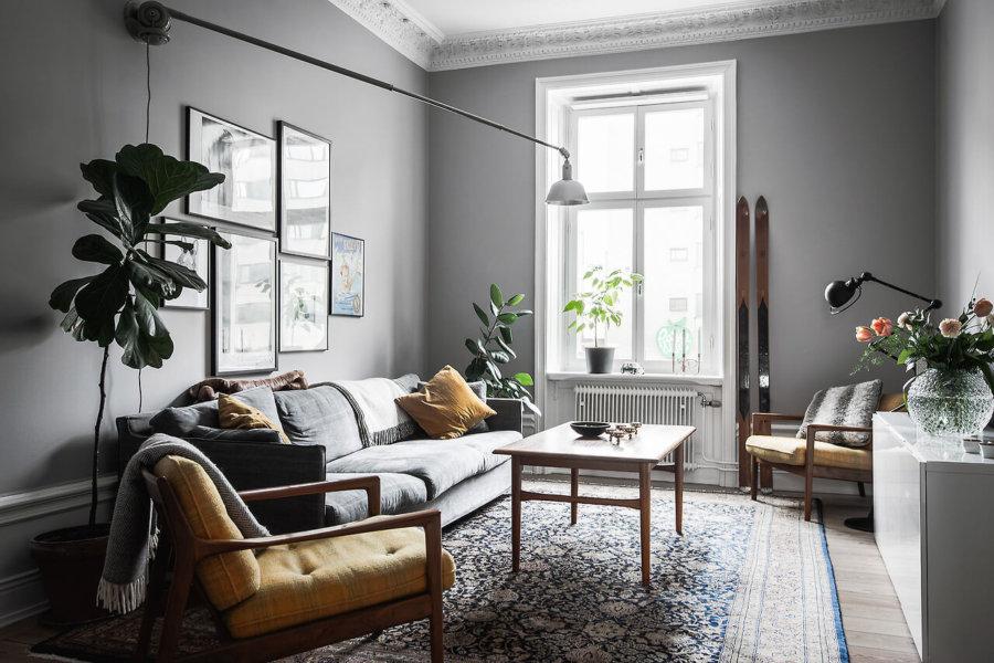 ライトグレーのソファにからし色のクッションを置いてリビングチェアと合わせています。空間はおそらくそんなに広くないと思いますが背の低い家具を配置して広々と見せていますね。