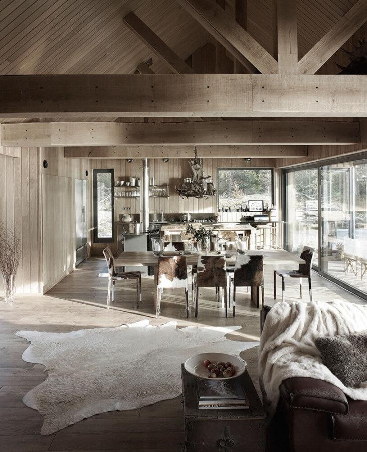 素朴な印象を感じることができるブラウンカラーで統一された空間です。窓が1枚がかなり大きいガラスを使っています。別荘のような作りです。