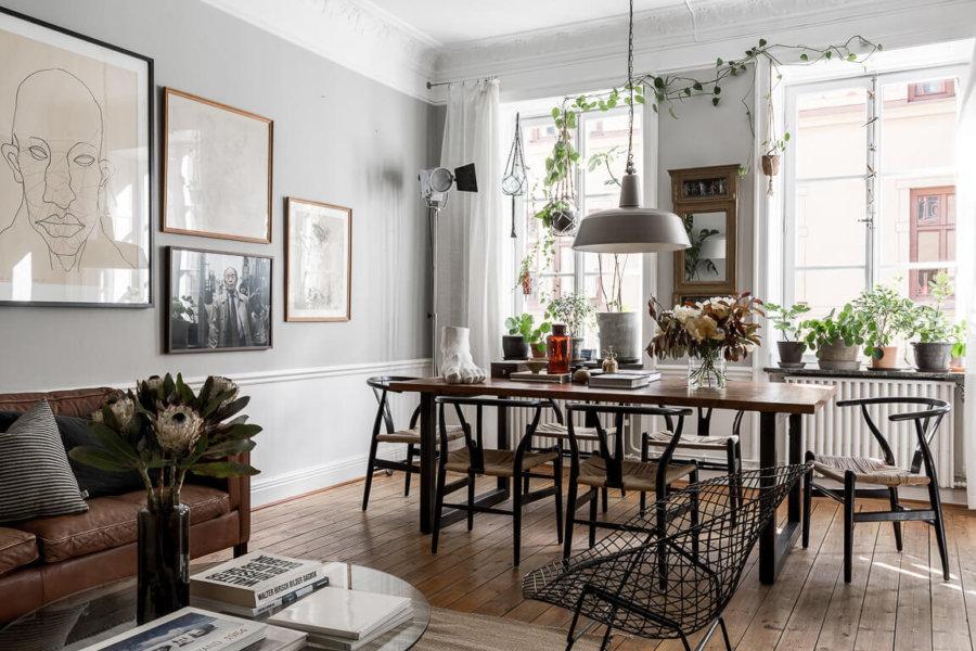 ミディアムブラウンからのフローリングでかなり使い込まれた印象です。ソファーはキャメルレザーよりやや濃い色を使っています。ダイニングテーブルもミディアムブラウンからの天板です。窓際にたくさんの観葉植物を置いていて映画に出てくるような海外のアパートそのものです。
